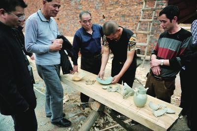 村民将挖出的青白釉瓷器摆放在一起