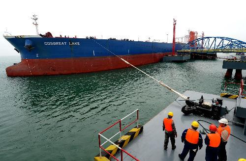 """4月25日,泉州港青兰山海上30万吨级码头作业人员在为进港的""""巨无霸""""超级油轮固定缆绳。"""