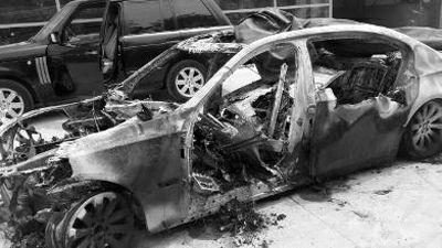 被烧毁的宝马车。车主贾先生供图