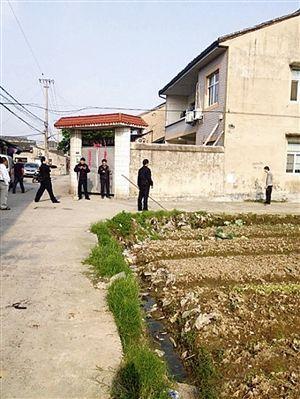 """民警和男子在农田里对峙 网友""""阿多猪""""供图"""