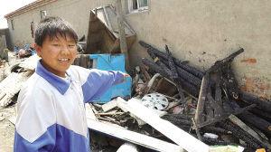 放学途中,王行行看见邻居家平房起火,他不顾自身安危跑进邻居家将屋内的奶奶和女童分别救出。
