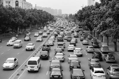 昨日上午西二环出城方向交通流量大,车辆通行缓慢
