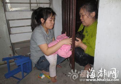 3岁女童将头钻进栏杆空隙被卡住 急坏家人