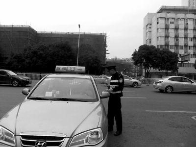 民警对违法停靠的司机进行处罚
