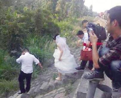 新郎新娘赤脚高速狂奔