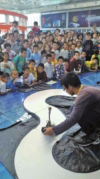 孩子们在观看摄像头循迹智能车表演