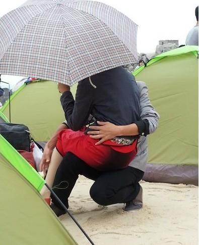 """网友拍下照片发上微博,称其为""""中国好男友""""。"""