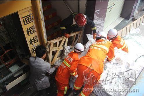 消防官兵正在解救被活埋的男子