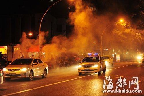 夏日已至,福州露天烧烤摊随处可见,浓烟弥漫交通路