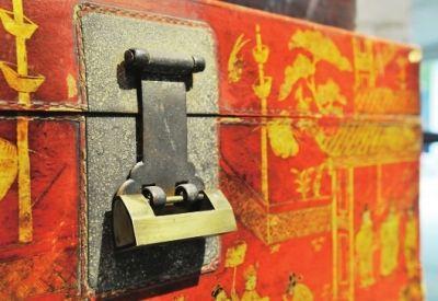 老箱子上所用的铜锁