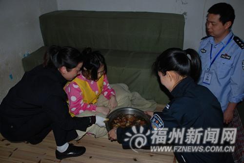 管教民警给小萍端来坐月子喝的营养汤