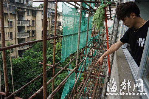 连辉小区外墙景观改造的脚手架紧挨居民家阳台,居民说小偷就是爬脚手架入室