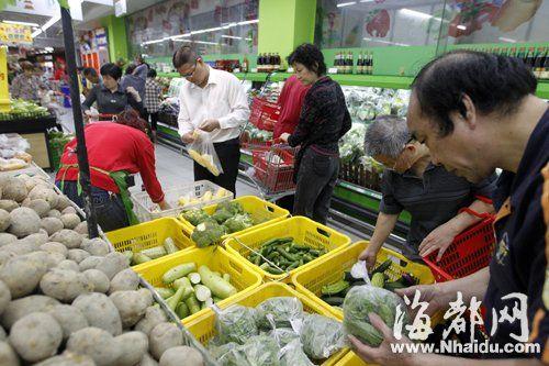 昨晚8点30分,不少消费者赶在打烊前,在永辉超市挑选特价菜