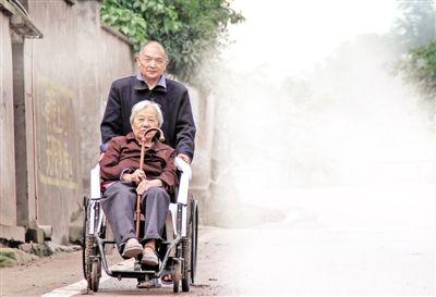 两个老人拿着结婚证,分享幸福