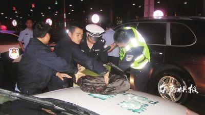 蔡某在厦门同安出口被抓,穿反光背心的警察后面的车就是肇事的豪车