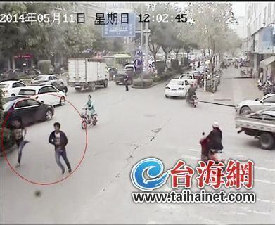 监控视频:两嫌犯抢了包包后,迅速逃离现场