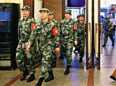 昨日,民兵在北京站巡逻。新京报记者周岗峰摄