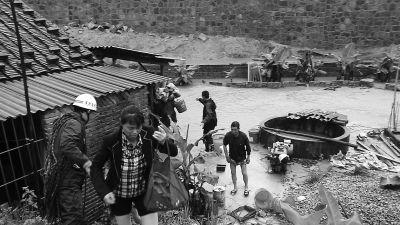 """大水冲毁了通往大路的桥,造成一农户家成了""""孤岛"""",有11人被困"""