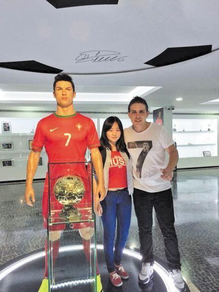 曾晓枫在C罗蜡像前和C罗亲弟弟的合影。被采访者提供