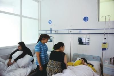 农林大学两名学生在医院打点滴
