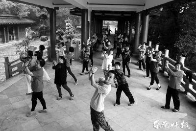"""卓宝珍带领的舞队开始""""占据""""福州各大公园"""