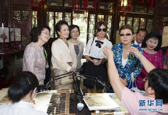 彭丽媛邀请亚信领导人夫人游豫园
