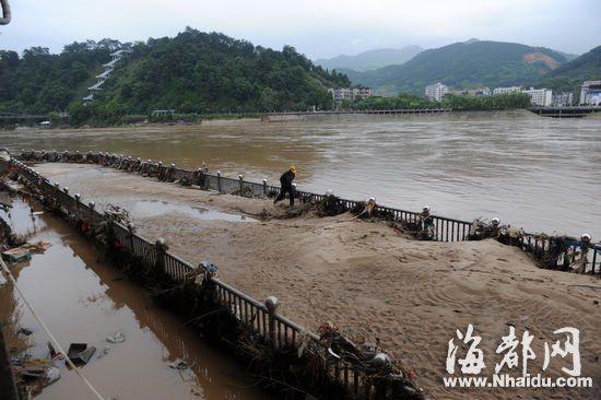 顺昌县城江滨路被洪水淹没,洪水退去后,留下大量沙子和垃圾