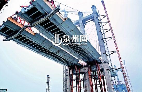 泉州湾跨海大桥四标段两个主塔进入桥面吊装阶段 (陈晓东 摄)