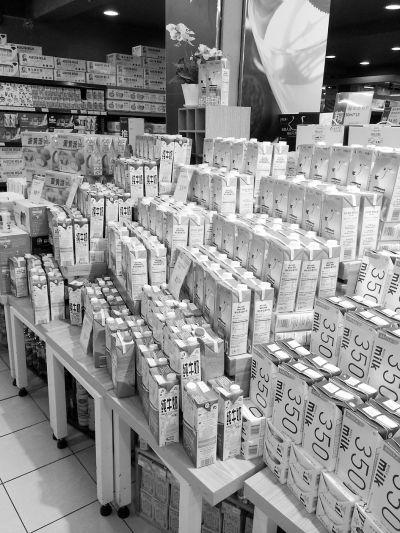 各大超市内进口奶扎堆,价格亲民