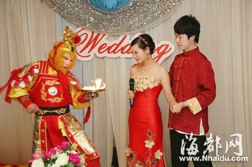 """因在电视节目中经常说孙悟空,吴铮真被叫做""""西游女""""。婚礼上,孙悟空现身助兴"""