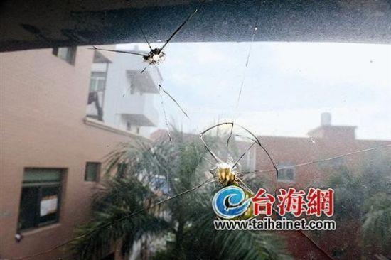 ▲周女士和女儿住的卧室窗户玻璃被打出一个个孔