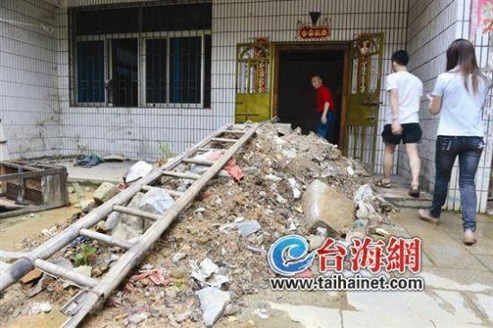 建筑垃圾被人倒在院子里
