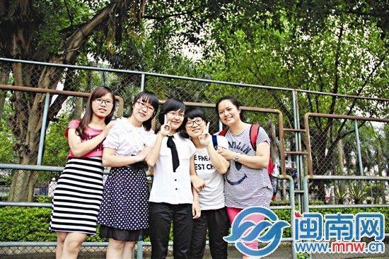 从左往右依次是张燕玲、汤燕萍、朱玲玲、李晶晶、陈志婷(注:高青青因身体不适,未合影)