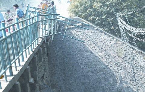 奥迪车冲破护栏,从桥上跌落到河里