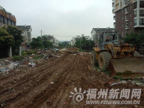 渣土车肆意倾倒渣土,小区外围渣土遍地。