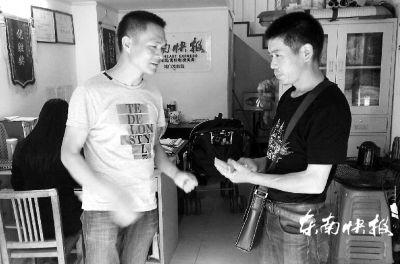 昨日,吴明(右)从本报城门发行站工作人员手中接过捐款