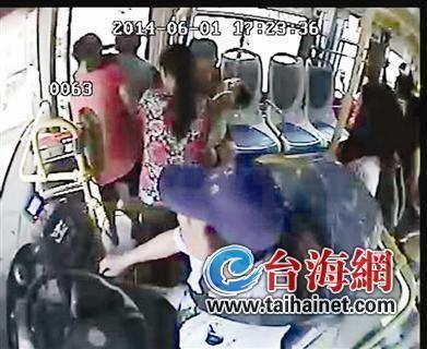 监控视频:车上乘客帮忙将产妇及婴儿抬下车
