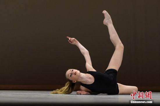 近日,在中国参加某节目录制的丹麦皇家芭蕾舞蹈学院引起众多网友关注,学院中的一个美女学员意外走红。这位被网友热捧为丹麦女神的女孩是丹麦皇家芭蕾舞蹈学院的一名学员。她出众的外表引网友惊呼:惊为天人!并称岂是一个美字能形容得了。看到丹麦女神之后,我再也不敢随便叫别人是女神。人世间原来还有长成这样的女孩子!瞬间觉得自己见识少了。 [上一页] [1] [2] [3] [4] [5] [6] [7] [8] [9]