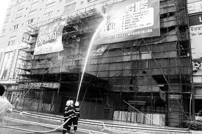 福清新华都商场外墙广告牌突然起火