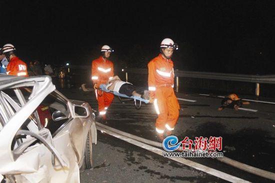 两车高速追尾司机被甩出 车体严重变形3人死亡