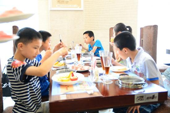 永泰葛岭小学生代表享受煌景一号午餐