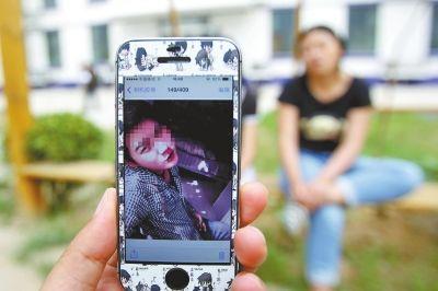 小亚手机上,还留着小强的照片。