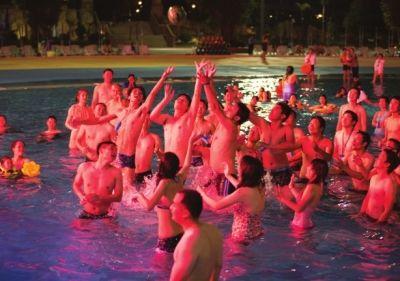 游客参与水上世界杯互动乐开怀