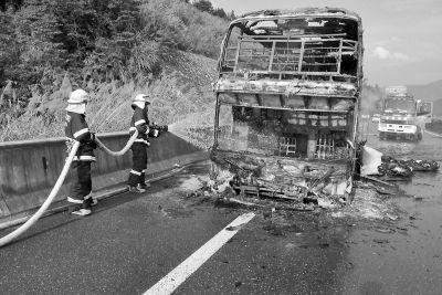 大火被扑灭后,大巴车只剩下一副铁架