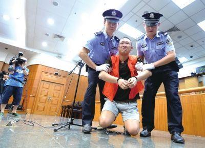 被告人尤洪湧给被害人家属下跪。京华时报记者欧阳晓菲摄