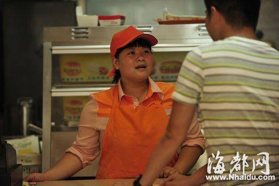 大四的小柯除了经营汉堡店,同时又兼职其他工作