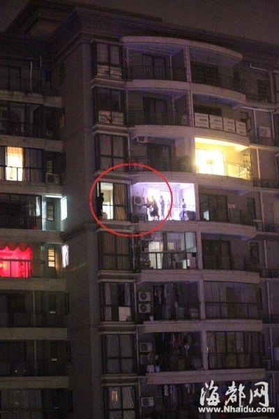 二十四楼的窗台上,吴某(画圈处)与警察对峙