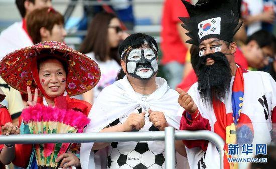 """最""""特色"""" 6月17日,韩国队球迷在球场内等待开赛。当日,在巴西库亚巴潘塔纳尔球场进行的2014年巴西世界杯小组赛H组比赛中,俄罗斯队对阵韩国队。 新华社记者李明摄"""