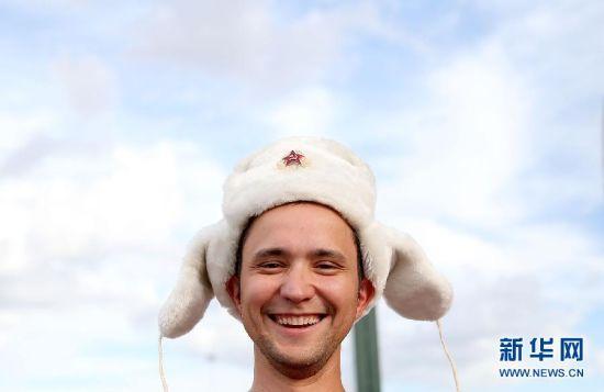 """最""""cute"""" 6月17日,俄罗斯队球迷在球场外等待入场。当日,在巴西库亚巴潘塔纳尔球场进行的2014年巴西世界杯小组赛H组比赛中,俄罗斯队对阵韩国队。 新华社记者李明摄"""