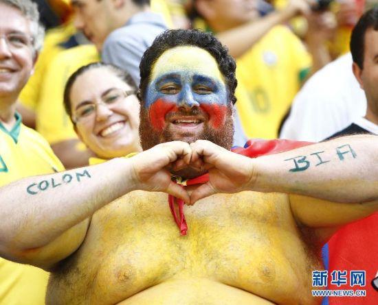 最萌 6月19日,哥伦比亚队球迷赛前为球队加油助威。当日,在巴西首都巴西利亚马内•加林查国家体育场进行的2014年巴西世界杯小组赛C组比赛中,哥伦比亚队对阵科特迪瓦队。 新华社记者刘彬摄
